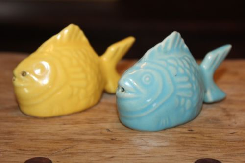 Vintage-Bauer-Pottery-Chicken-of-the-Sea-Fish-Salt-Pepper-shaker-Advertising