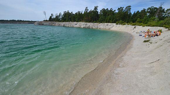 Ett annorlunda badalternativ på Gotland. Det vattenfyllda stenbrottet, som kallas Blå lagunen, ligger på norra delen av ön.