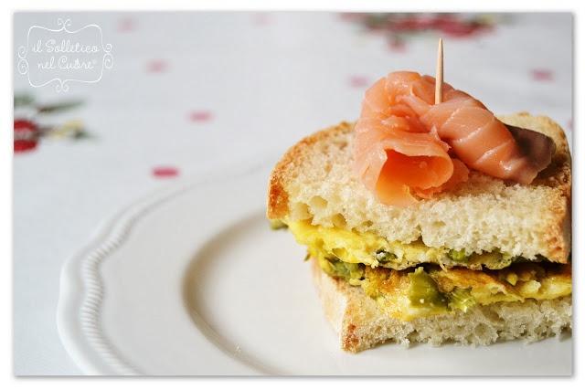 panino con frittata di asparagi e salmone affumicato