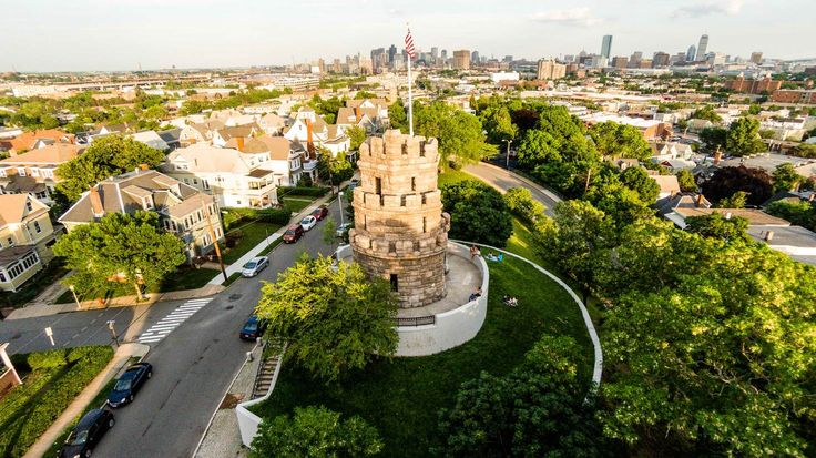 Prospect Hill Tower in Somerville with a view of the Boston skyline © Eric Kilby / CC BY-SA 2.0