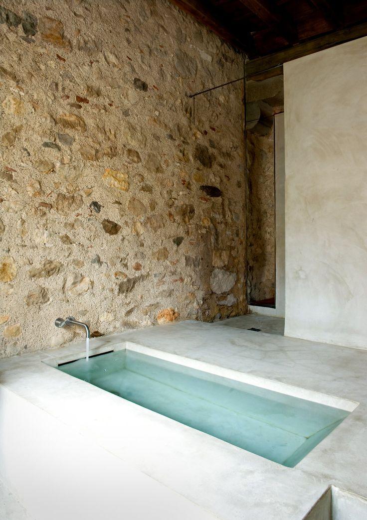 Concrete bath. Mira la pared nena