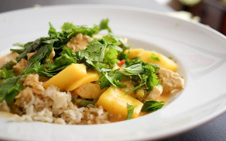 Rotes Thai Curry mit Huhn und Mango  Zutaten für 4 Personen: 1 EL Kokosnuss-Öl (alternativ geht auch Olivenöl) 2 Zitronengras-Stängel, die äußere Hülle entfernen, in 4 Stücke schneiden und zerdrücken 1 EL Frisch geriebener Ingwer 4 Knoblauchzehen, klein gehackt Meersalz nach Geschmack 3 EL Rote Curry-Paste (wer es scharf mag, auch mehr) 2 EL Tomatenmark 240 ml Hühnerbrühe 400 ml Ungesüsste Kokosnuss-Milch aus der Dose 700 g Bio-Hühnerbrüste ohne Knochen, in kleine Stücke geschnitten 1 Mango…