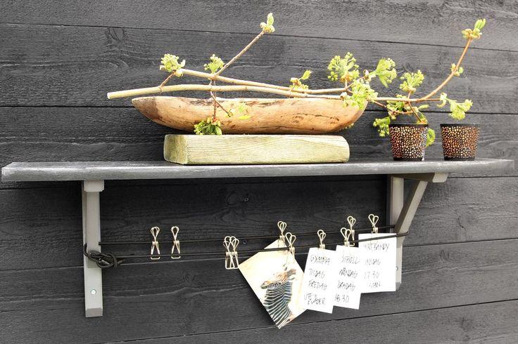 Lundbergs trä konsol Carl i grått. Skapa din egen unika anslagstavla där du kan hänga upp kom-ihåg-lappar, inspiration, kalendrar eller precis vad du vill. Detta ordnar du lätt och enkelt med hjälp av våra konsoler som finns både färdigmålade och omålade. I exemplet ovan används konsol Carl, färdigmålad grå.