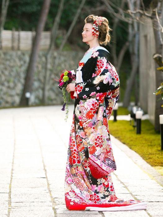 赤や白、ピンクが入ることで華やかで可愛らしい印象に♪ ♡花嫁衣装 色打掛 黒の参考まとめ♡