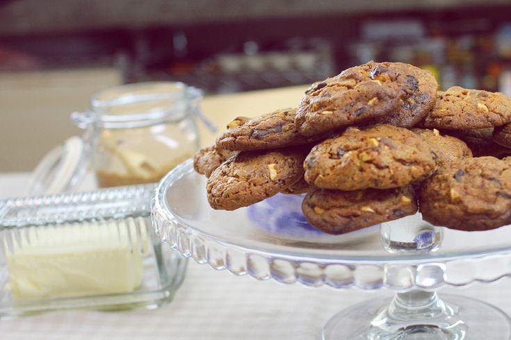 I biscotti al triplo cioccolato sono perfetti a colazione ma anche sotto un periodo di festa. Il tasso di golosità è alto quanto la facilità nel prepararli.