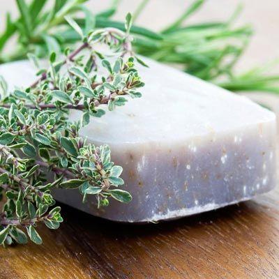 Seife herstellen - Rezept für selbstgemachte Kräuterseife