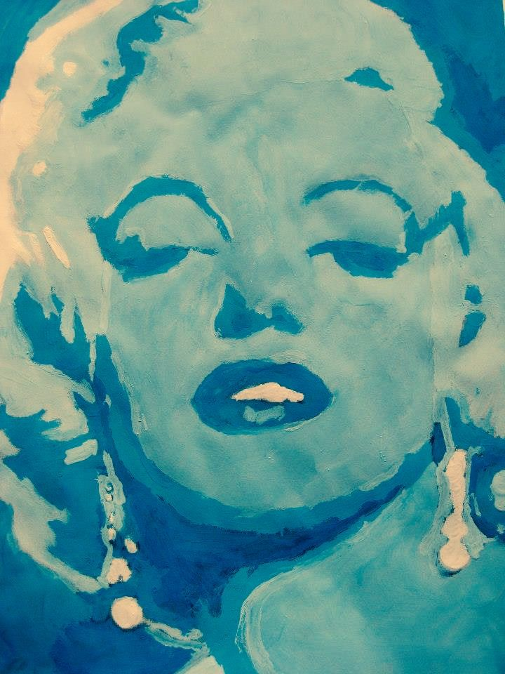 Kuvataide - Poptaide - 6 lk. - mustavalkoisen printin päälle maalataan ensin tummalla sinisellä mustat kohdat. Maaliin lisätään valkoista ja maalataan harmaat kohdat. Vaaleanharmaat maalataan vaalean sinisellä ja lopuksi valkoisella vaaleat kohdat.