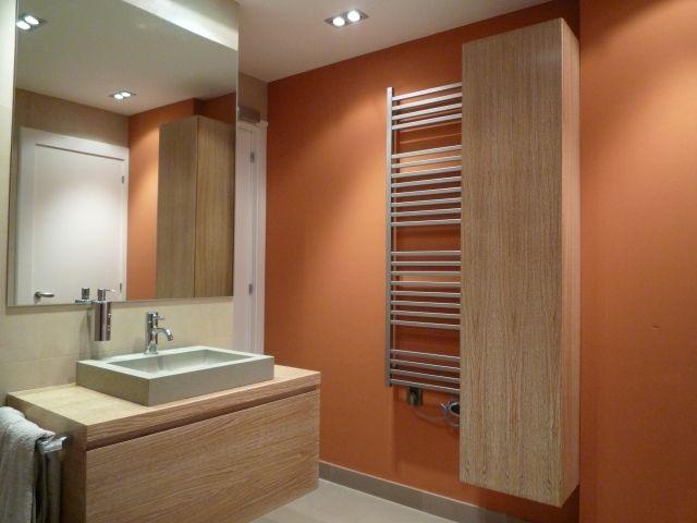 wandfarbe badezimmer akzentwand orange holzmöbel grifflose fronten