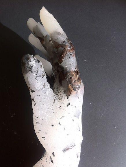 Isabelle Bonté-Hessed2 Mains en paraffine - journaux brûlés.