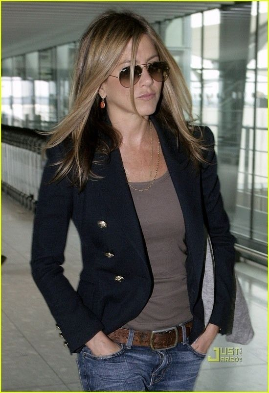 Jen does no wrong - black blazer/jeans/casual