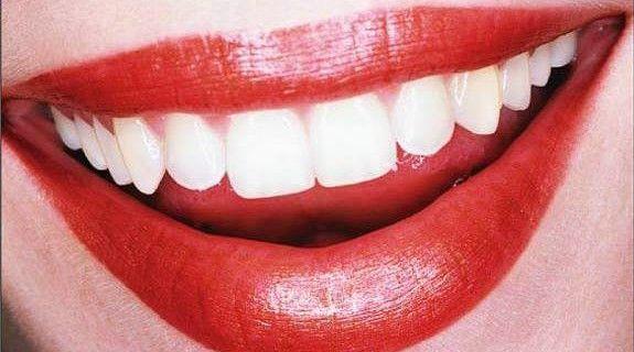 Denti bianchi. Scopri i rimedi su www.tuttotutorial.net/rimedi-naturali-per-avere-denti-bianchi/