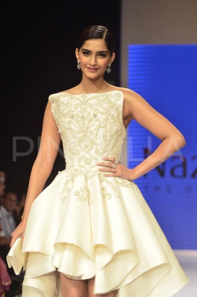 IIJW 2014: Sonam Kapoor the show stopper for Nazraana