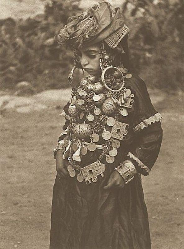 1935年、モロッコ北部タザ=アル・ホセイマ=タウナート地方の町Tahla、フランス人民族学者Jean Besancenotによって撮影された花嫁衣装の若いユダヤ人