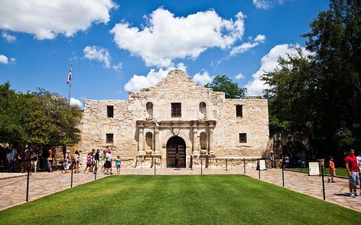 Ocho lugares declarados Patrimonio de la Humanidad en este 2015: El Álamo, Texas, Estados Unidos es una antigua construcción de la misión de de San Antonio de Valero. Fue fundada por el franciscano Antonio de Olivares y los indios Papayas. La fortaleza luego sirvió como cuartel para el ejército mexicano hasta 1845.