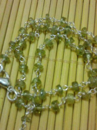 collier en pierre semi précieuses PERIDOT de 45mm..perles de 3 4 mm.. monté sur petits clous avec boucles.. monté sur métal argenté..  Ce minéral agit comme un puissant n - 2105463