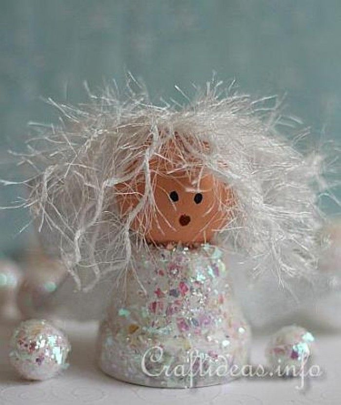 Engeltje van een bloempot.smeer potje in met lijm en bestrooi met glitters. houten bal gezichtje geven. Haren van wit pluizig garen.welke.nl