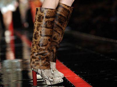Torna di moda il leopardo - Tra il leopardato e il pitonato gli stivali di Just Cavalli per il prossimo autunno-inverno, da indossare con abitini molto semplici per evitare l'effetto pacchiano.