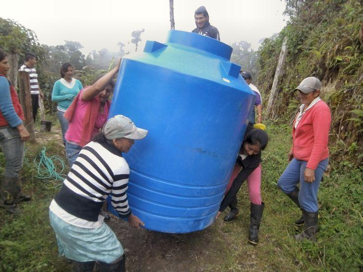 Le cisterne. Acqua potabile a El Cristal. Ecuador.