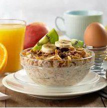 Сытный завтрак  Признайтесь, вы часто пропускаете завтрак? А сколько раз вы слышали о том, что пропускать эту трапезу нельзя? Кроме того, есть с утра нужно плотно и сытно.  Чтобы еще раз доказать вам важность завтрака, расскажу об одном интересном исследовании, проведенным, к сожалению, не мной, а моим коллегами диетологами-эндокринологами.  Итак, в этом исследовании принимало участие практически сто женщин, которые были разделены на две группы. Рацион их состоял из тысячи двухсот пятидесяти…