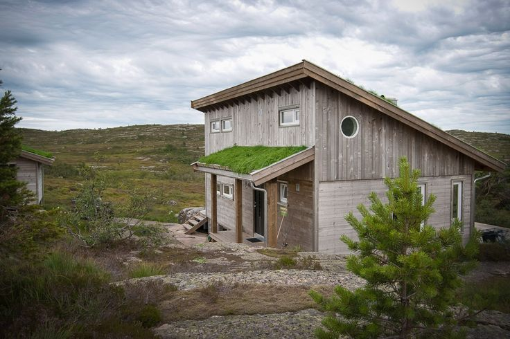 Spennende hytte i moderne stil. God arealutnyttelse med spiraltrapp opp til hems. Passer både på fjellet og ved sjøen.