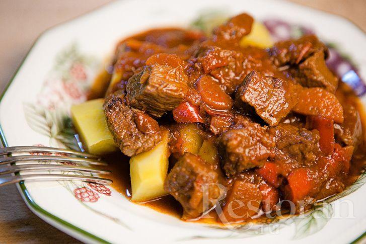 Классический венгерский рецепт гуляша. С паприкой и томатной пастой. Говядина получается нежной и мягкой. Очень рекомендую!