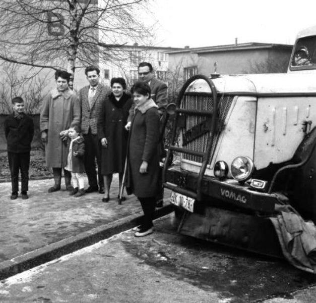 De familie Wagner en Weidner poseren naast hun vluchtvoertuig bij noodopvangcentrum Marienfelde in 1962 (fot: Landesarchiv Berlin, Helga Mellmann)