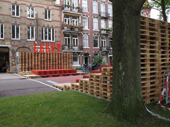 De Weesperzijde Leeft ... Love the pallets for seating on the right side of picture fantastic!