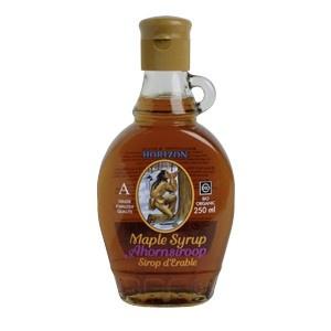 """Ahornsiroop (Maple syrup): Een siroop gewonnen uit een Esdoorn in Noord-Amerika. Erg lekker over je pannenkoek of door de yoghurt. Dit flesje is de mooiste (""""indianenstroop""""). Koel bewaren."""
