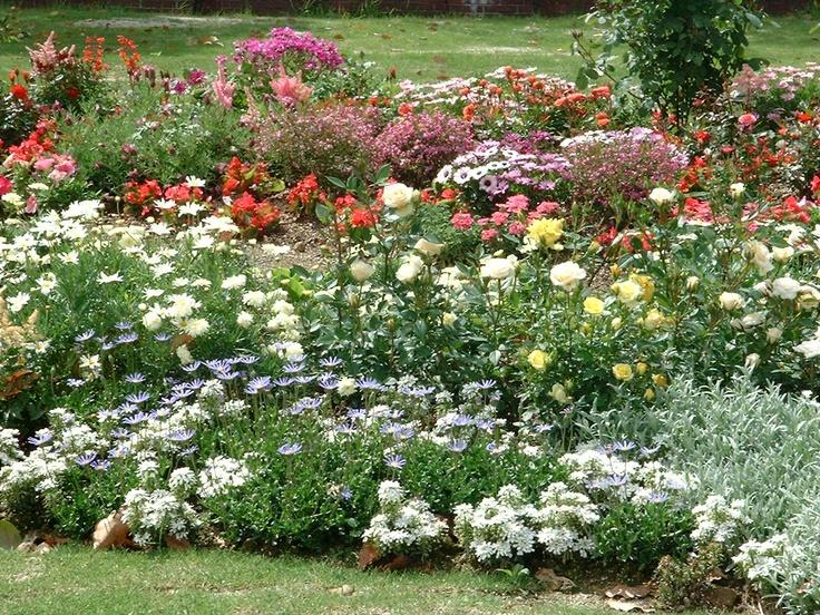 Het zomertype combineert haar koele kleuren van kleding zoals een bordes met zomerbloemen