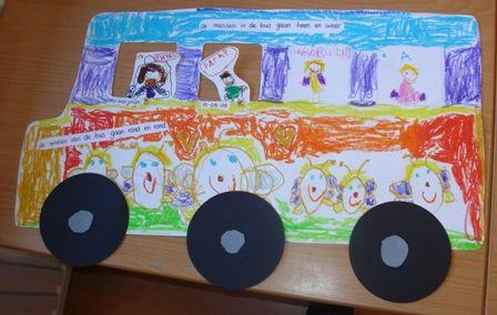 Met de bus op schoolreisje, een feestje! (foto's van kinderen achter de raampjes!)