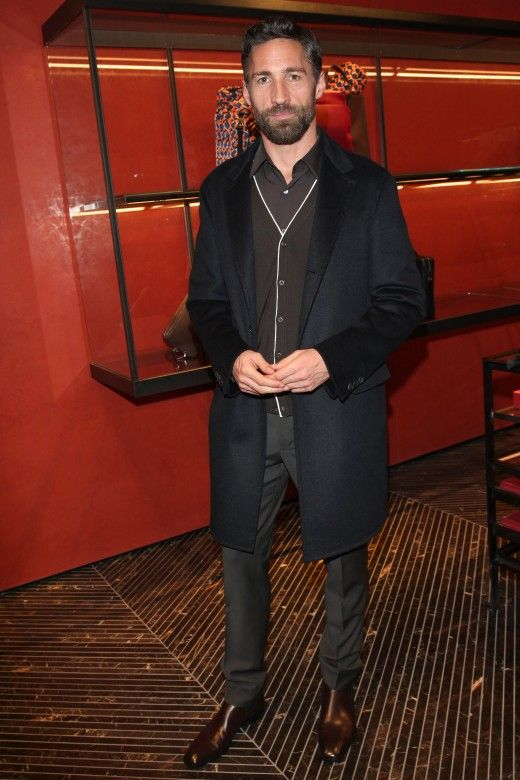 In Frankfurt am Main hat gerade der Prada Uomo Shop eröffnet. Auch Schauspieler Benjamin Sadler kam in Prada - klar.