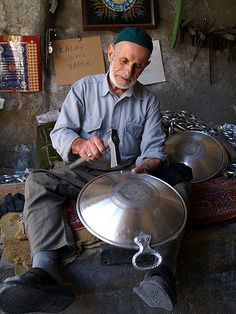 BAKIRCILIK (copper smith, and more generally: metal craftsman).  Turkey.  Recent picture (2010s).