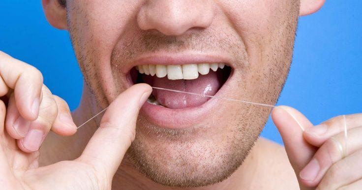 Quais são os quatro tipos de dentes permanentes?. A boca humana é separada em quatro quadrantes com respeito aos dentes. Dois quadrantes estão na mandíbula superior enquanto que os outros dois estão na inferior. Espalhados entre estes quadrantes estão 32 dentes permanentes, que surgem entre as idades de 6 a 21 anos para repor os dentes de leite. Os dentes humanos vem em quatro tipos diferentes, ...