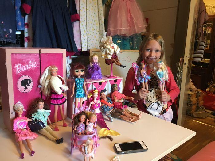 Bilder på Kelly och alla hennes Barbie dockor som är klädda med fina, söta Barbiekläder!