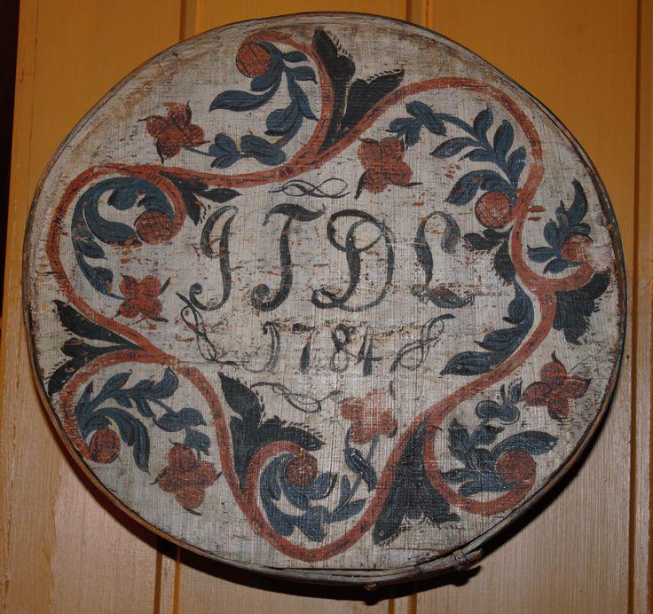 Eske rosemalt lokk fra Telemark datert 1784. https://www.bjornmathisen.com/
