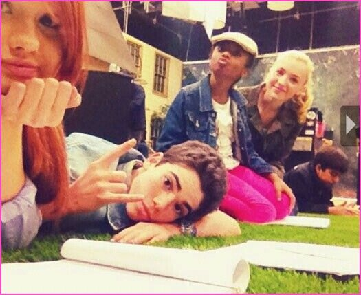 I love this picture of the Jessie Cast