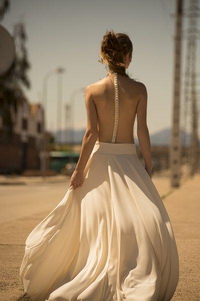 vestido de novia dos piezas body con espalda descubierta falda de punto de seda con gran vuelo boho chic
