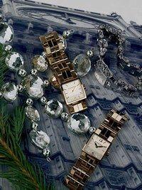 Montre Burberry - Cadeaux de Noël Mode 2006 - Pour choyer une maman classique ou une grand-mère adepte des beaux objets, ne passez pas à côté de cette montre. Son boîtier carré et son bracelet en acier doré en font une incontournable de la saison...