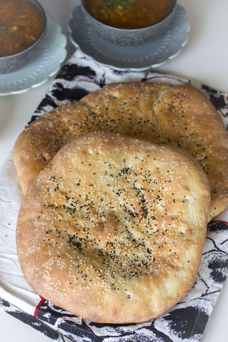 Detta bröd är underbart och är en av mina absoluta favoriter. Det är samma recept som finns HÄR! Av samma deg kan du nämligen göra italiensks focaccia. Brödet är luftigt och mjukt men har samtidigt lite tuggmotstånd. Perfekt balanserad konsistens och smak. Jag serverar detta bröd med allt från orientalisk mezza, soppa, grytor till pasta. 1 stort bröd i långpanna eller 2 mindre 4 dl ljummet vatten 20 g färsk jäst (lite mindre än en halv jäst) eller 2 tsk torrjäst 0,5 dl olivolja Ca 9 dl…