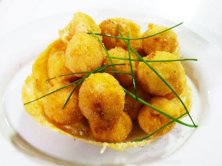 Foto delle crocchette di gamberi su cialda al formaggio