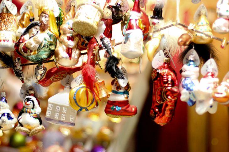 Какие рождественские сувениры можно привезти из Праги? Елочные игрушки, рождественские сладости, керамические домики-подсвечники, особое рождественское пиво...