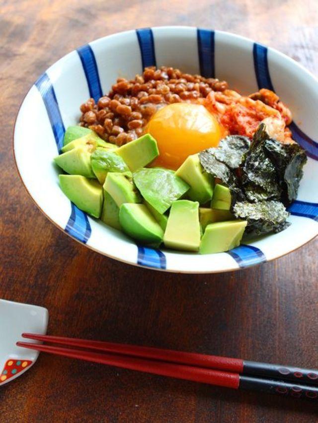 納豆はお手軽でお腹にもたまりやすく、疲れた日にはもってこいの食材ですが、たまには味を変えて楽しみたいですよね。そこで、5分以内でパパッと作れる納豆のアレンジレシピをご紹介します。