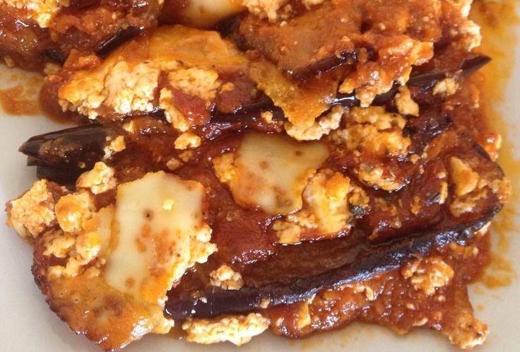 Μελιτζανες στο φουρνο με σαλτσα και τυρια