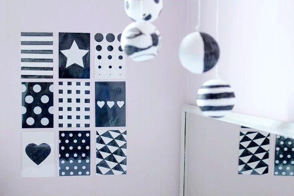 En attendant l'arrivée de Doucette, j'ai réalisé des images contrastées en noir et blanc. Me voyant faire, Poupette a voulu m'aider, et c'était une très bonne idée. L'activité lui est très accessible et elle a pris beaucoup de plaisir à lui préparer des petits cadeaux de bienvenue. Je lui ai expliqué que les nouveaux-nés avaient du mal à distinguer les couleurs, mais qu'ils voyaient très bien les contrastes. Le but de l'activité étant donc de réaliser des petites cartes avec des motifs en…