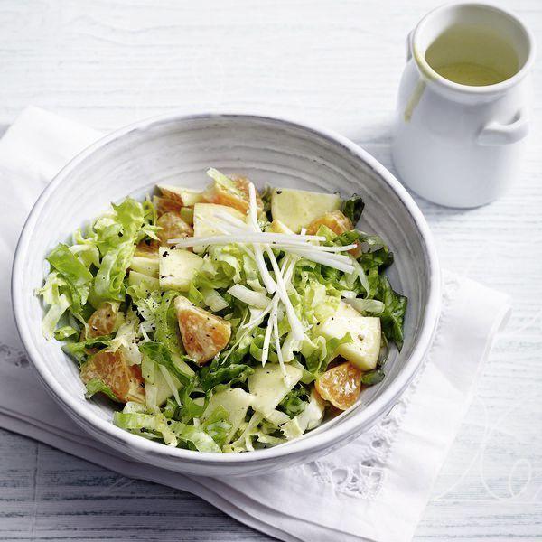 Vitamine für den Winter! Anstelle von Endiviensalat schmeckt dieser fruchtige Salat auch mit Radicchio - am besten in kleine Stücke zupfen.