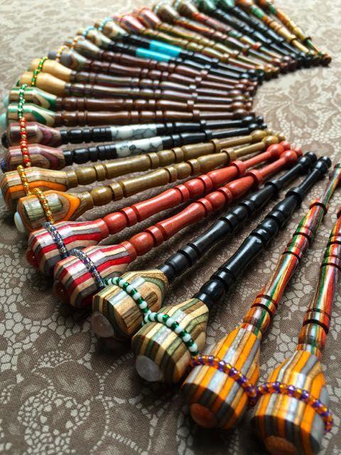 Modernos bolillos multicolores, decorados con abalorios
