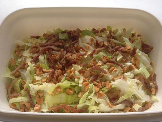 Recept spitskoolsalade met cashewnoten en gebakken spekjes