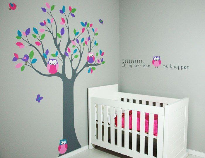 Muurschildering van een boom met uiltjes voor in de babykamer van een meisje. Mooier dan een muursticker en kan naar wens aangepast worden door BIM Muurschildering.