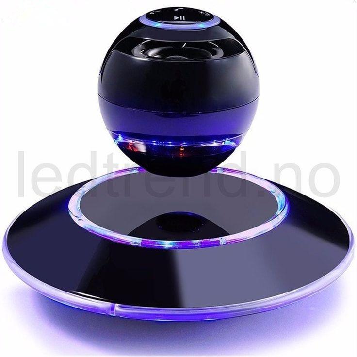 """Høyttaler """"UFO Sound2""""   Svevende høyttaler.  Ultra kul blåtann høyttaler som er tatt rett ut fra fremtiden.   Høyttaleren blir holdt i luften av meget sterke magneter som kommer fra under-flaten som følger med. Det krever en del for å få høyttaler kulen opp riktig, men med litt øving, så vil man få høyttaleren opp ganske fort."""