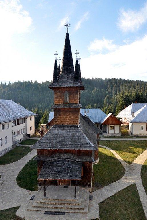 Manastirea Oasa  In anul 1943, scriitorul Ioan Pop si povestitorul Mihail Sadoveanu au ridicat in acest loc o bisericuta din lemn. Mai apoi, in anul 1983, prin purtarea de grija a episcopului Emilian Bardas, din Alba Iulia, a preotului Faur si a protopopului Viorel Porcaru, o veche biserica a fost reparata si imbunatatita, dupa care a fost adusa in acest loc.
